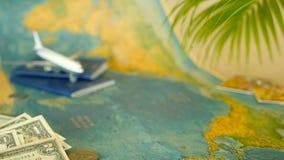 Hora de viajar concepto Tema tropical de las vacaciones con el mapa del mundo, el pasaporte azul y el avión Preparándose para el  almacen de video