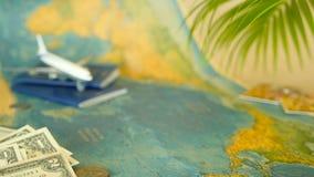 Hora de viajar concepto Tema tropical de las vacaciones con el mapa del mundo, el pasaporte azul y el avión Preparándose para el  almacen de metraje de vídeo