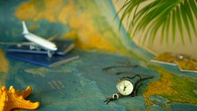 Hora de viajar concepto Tema tropical de las vacaciones con el mapa del mundo, el pasaporte azul y el avión Preparándose para el  metrajes