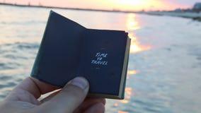 Hora de viajar, dar sostener un libro con la inscripción metrajes