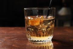 Hora do cocktail do ofício na barra do moderno fotos de stock