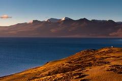 Nascer do sol pelo lago Mapam Yum Co Imagens de Stock Royalty Free
