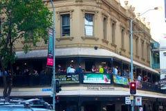 Hora feliz en el Pub irlandés en Brisbane Australia 12-04-2014 imagenes de archivo