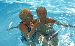 Hora feliz en piscina fotos de archivo libres de regalías