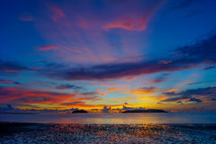 Hora mágica da praia tropical no recurso e nos termas do ` s Tanjung Aru do La de Shangri Fotografia de Stock