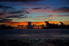 Hora mágica da praia tropical no recurso e nos termas do ` s Tanjung Aru do La de Shangri Fotos de Stock Royalty Free