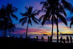 Hora mágica de playa tropical en el centro turístico y el balneario del ` s Tanjung Aru del La de Shangri Foto de archivo