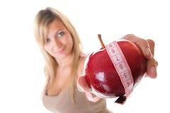 Hora para adelgazar de la dieta. Mujer con la manzana Foto de archivo