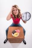 Hora para adelgazar de la dieta Mujer hermosa con el reloj Imagenes de archivo