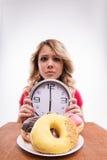 Hora para adelgazar de la dieta Mujer hermosa con el reloj Foto de archivo libre de regalías