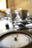 Hora para el almuerzo con un reloj viejo en un eje Fotos de archivo libres de regalías
