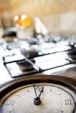 Hora para el almuerzo con un reloj viejo en un eje Imagen de archivo