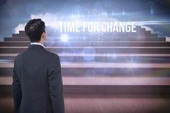 Hora para el cambio contra pasos contra el cielo azul Imágenes de archivo libres de regalías