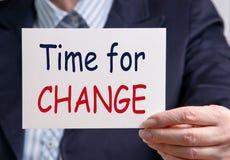 Hora para el cambio - empresaria que sostiene la tarjeta con el texto fotografía de archivo libre de regalías