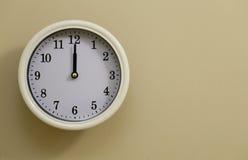 Hora para el 12:00 del reloj de pared Fotografía de archivo libre de regalías