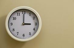 Hora para el 3:00 del reloj de pared Foto de archivo