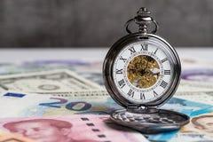 Hora para el dinero, contando abajo para el concepto de la crisis financiera del mundo Fotografía de archivo libre de regalías