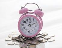 Hora para el dinero en el fondo blanco foto de archivo libre de regalías