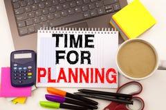 Hora para el texto de planificación en la oficina con alrededores tales como ordenador portátil, marcador, pluma, efectos de escr Imágenes de archivo libres de regalías