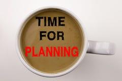 Hora para el texto de planificación de la escritura en café en taza Concepto del negocio por tiempo del negocio en el fondo blanc Imagen de archivo libre de regalías