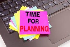 Hora para el texto de planificación de la escritura hecho en el primer de la oficina en el teclado de ordenador portátil Concepto Fotografía de archivo