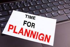 Hora para el texto de planificación de la escritura hecho en el primer de la oficina en el teclado de ordenador portátil Concepto Fotografía de archivo libre de regalías
