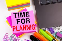 Hora para el texto de planificación de la escritura hecho en el primer de la oficina en el teclado de ordenador portátil Concepto Fotos de archivo libres de regalías