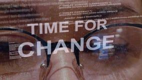Hora para el texto del cambio en fondo del desarrollador de sexo femenino almacen de video