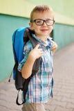 Hora para a escola. Menino feliz. Imagens de Stock