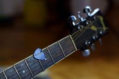Hora para jogar guitarra acústicas imagens de stock royalty free