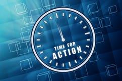 Hora para la acción en símbolo del reloj en cubos de cristal azules Foto de archivo libre de regalías