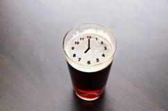 Hora para la cerveza fresca foto de archivo libre de regalías