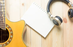 Hora para la escritura de la canción de la guitarra con un auricular Imagenes de archivo