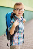 Hora para la escuela. Muchacho feliz. Imagenes de archivo