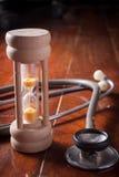 Hora para la salud, estetoscopio con reloj de arena Imagen de archivo libre de regalías