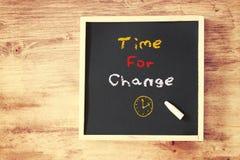 Hora para o conceito da mudança sobre o quadro-negro Fotografia de Stock