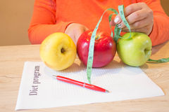Hora para o emagrecimento da dieta , Conceito, dieta, alimento Fita fêmea, medindo e na tabela Apple Foto de Stock Royalty Free