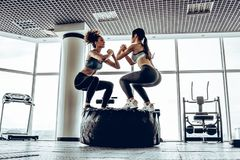 Hora para o treinamento desportivo, meninas bonitas no gym fotografia de stock royalty free