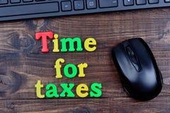 Hora para palavras dos impostos na tabela imagens de stock royalty free