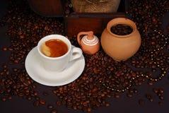 Hora para un coffe - arreglo, desde arriba fotografía de archivo