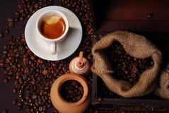 Hora para un coffe - arreglo, opinión del pájaro fotografía de archivo