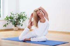 Hora perfecta para la yoga Fotos de archivo libres de regalías