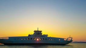 Hora por férias Barco pronto para deixar o porto contra um por do sol bonito Imagem de Stock Royalty Free
