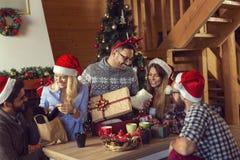 Hora por regalos de Navidad imagenes de archivo