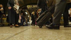 Hora punta en la estación del metro del puente de Londres La muchacha asiática perdida sigue el mapa Londres, Reino Unido almacen de metraje de vídeo