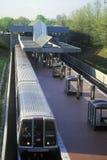 Hora punta en la línea del metro - un metro deja la estación de Grosvenor en Rockville, Maryland Fotografía de archivo