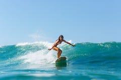 Hora que practica surf para la señora deportiva fotos de archivo libres de regalías