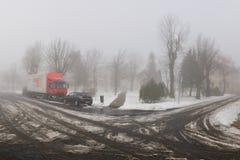 Hora Svateho Sebestiana, república checa - 25 de novembro de 2018: carro e camion no centro da vila em montanhas nevoentas do min fotos de stock