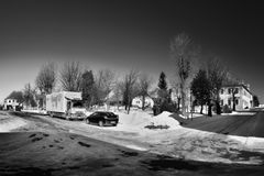 Hora Svateho Sebestiana, Tsjechische republiek - 25 Februari, 2018: auto's op sneeuwvierkant in de bergen van het de wintererts m Stock Fotografie