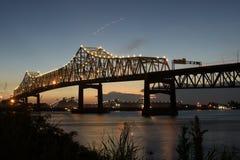 Horace Wilkinson Bridge och mellanstatliga 10 som korsar Mississippiet River i Baton Rouge Fotografering för Bildbyråer